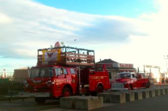 消防車がクリスマス仕様に