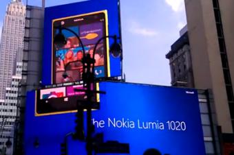 NYの街角にLumiaとMoto Xが登場