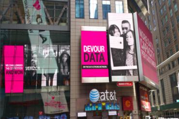 T-MobileがAT&Tのショップに広告を出す