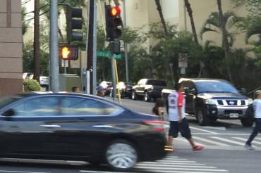 ホノルルで横断歩道の「歩きスマホ」が禁止されるが