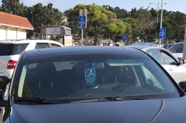 車の身障者マークが悪用されている