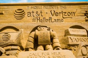 T-Mobileが砂の彫刻でAT&TとVerizonをディスる